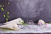 Selbstgebastelte Füllhörner aus Buchseiten gefüllt mit Blüten