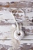 Weisser Sandgugelhupf aus Sand-Spachtelmasse auf Holzuntergrund