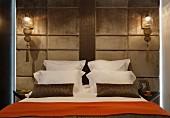 Elegant inszeniertes Doppelbett mit samtbezogener Rückwand