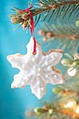 Weihnachtskeks mit Zuckerglasur als Christbaumanhänger