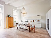 Kitchen & dining area in modernised Wilhelmine-era building (Vienna, Austria)