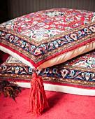 Kissenbezug mit orientalischem Muster und roter Quaste