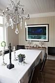 Elegantes Esszimmer mit Wandvertäfelung und Kronleuchter