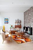 Retro-Wohnzimmer mit Steinwand und 70er-Teppich