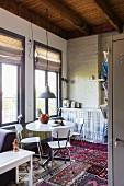 Essbereich und Küche in einer Einzimmerwohnung