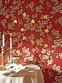 Wallpaper with floral pattern and gold accents