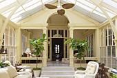 Korbmöbel im Jugendstil Wintergarten an klassischer Villa angebaut