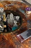 Abgesenkte Fläche mit Hausbar und verschiedenen Kristallglaskaraffen in künstlerischem runden Glastisch integriert