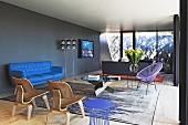 Modernes Wohnzimmer in Blautönen mit Designermöbeln