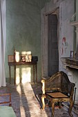 Antiker Stuhl mit vergoldetem Holzgestell in Rokoko Stil und filigraner Wandtisch in rustikal mediterranem Ambiente