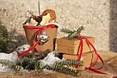 Weihnachtsgebäck in einem Anzuchttopf neben Pappschachteln