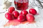 Rot gefärbte Ostereier