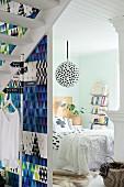 Blick ins Schlafzimmer voller grafischer Muster
