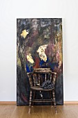 Vintage Armlehnstuhl vor modernem Gemälde
