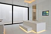 Designer-Badewanne mit Stufe, und Beleuchtung in minimalistischem weißen Designerbad