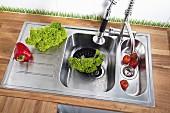 Selbst eingebaute Küchenspüle mit Doppel-Spülbecken in geölter Eichenholz-Arbeitsplatte