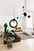 Wohnzimmer mit surrealistischen Designerstücken