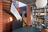 Treppe in einem Fabrikloft mit Backsteinwand