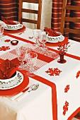DIY-Patchworkdecke auf festlich gedecktem Weihnachtstisch