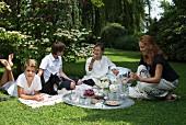 Frau mit Kindern beim orientalischen Picknick im Garten