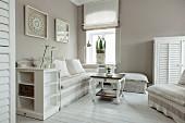 Sofa und Sessel mit weiss und hellgrau gestreifter Husse in Wohnzimmerecke, helles, maritimes Flair