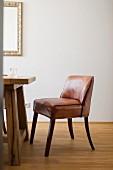 Brauner Lederstuhl an einem Holztisch