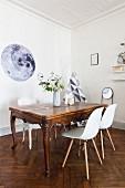 Barocker Esstisch mit modernen Schalenstühlen
