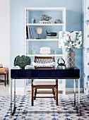 Mustermix am Schreibtischplatz mit maritimem Flair; kubischer Schreibtisch mit Tischleuchte und floral gemustertem Lampenschirm
