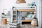 Verschiedene Muster auf Sitzwürfel und Teppich vor Etagenbett mit Bettleiter