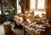 Kuckucksuhr, Vogelhäuser und andere Schnitzereien in einer traditionellen Werkstatt