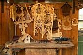 Uhrenschilder und Schablonen für Kuckucksuhren in einer traditionellen Werkstatt