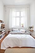 Schmales Schlafzimmer in einer Altbauwohnung