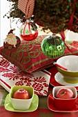 Weihnachtliche Dekoideen in Grün, Rot und Weiss