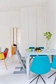 Modernes Esszimmer mit bunten Designermöbeln