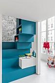 Fröhlich buntes Kinderzimmer mit blauen Stufen