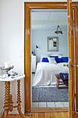 Blick durch offene Tür ins blau-weiße Schlafzimmer