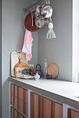 Küche mit Holzfronten und Arbeitsplatte aus Beton