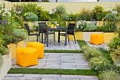 Sitzplatz im Innenhofgarten mit Stufenbeeten in Gelb-Tönen