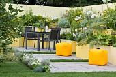 Innenhof-Garten mit Stufenbeeten in Gelb-Tönen
