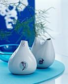Tropfenförmige Vasen mit Fischmotiv in blauer Dekoration