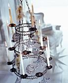 Vintage Kerzen-Kronleuchter mit Christbaumanhängern und brennenden Kerzen
