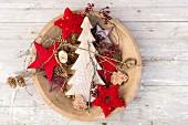 Schale mit roten Sternen, Holztannenbaum und Zapfen