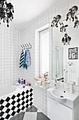Weißes Badezimmer mit Schachbrettmuster