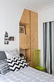 Schlafzimmer mit Einbauschränken aus Sperrholz