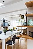 Regal über Eck, Esszimmer mit modernem Tisch und Barockstühlen