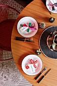 Minimalistisch gedeckter Tisch mit Kreuzmotiven und Namenskärtchen auf Teller