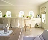 Helle und moderne Landhausküche, Barhocker mit Hussen