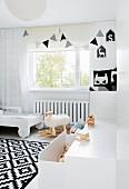 Schwarz-weiss gestaltetes Kinderzimmer mit Schaukelschaf