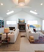 Wohnzimmer mit offener Decke, Sofas stehen Rücken an Rücken