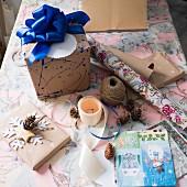 Verpackungsmaterial und Geschenk mit blauer Schleife